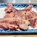 羊肉炭火焼 肉汁屋 - 骨付きラムチョップ(小)が焼けたらカットして盛り付け