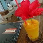 島茶家 ヤッカヤッカ - ドリンク写真:ハイビスカスの添えられたマンゴースムージー