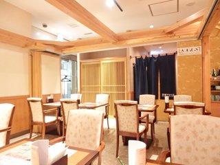 茨城マルシェ - 店内のテーブル席の風景です