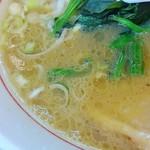 69070920 - 魚介も感じる豚骨スープ。