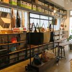 カメラ - 鞄や革小物が共存する空間