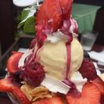 CAFFE' JIMMY BROWN - 2017年6月 採れたて苺とクリームたっぷりバニラカスタード苺パフェ 880円(税込)