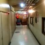 町役場 - 地下の狭い廊下