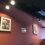 チキン マーケット - 壁とソファの色が同じ。