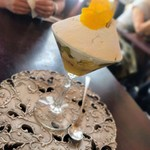 69097988 - キウイ、バナナ、パッションフルーツ、クレームシトロンヴェール入り                        マルティック産ラム酒の香りのムースで仕上げたマチェドニア風パフェ