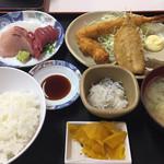 69098122 - 港の昼定食1400円。お刺身は味も鮮度も微妙でした。。