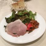 イル・ピッチョーネ - サラダ!ヴォリュームたっぷりサラダ、右はじの、お肉のようなものは、マグロや魚介のアクセント!美味しいサラダです。