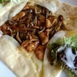 ビーラインカフェ - セイボリークレープチキンマッシュルーム&チーズ
