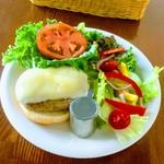 リングアワールドカフェ - ハンバーガーとサラダ