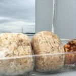 おむすび 結び菜 - 今にも雷さまがゴーロゴロ。ごろごろから揚げと、おむすび