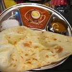 インド・ネパール料理 ナラヤニ - バターたっぷり使ったゆで玉子のカレー激辛