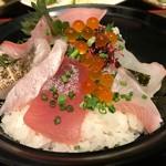 69121085 - 朝獲れ鮮魚の海鮮丼(850円)