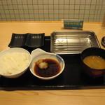 69136473 - セット済みのお盆にご飯/味噌汁が到着
