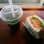 ベイカリウム - 料理写真:「コールド・プレスジュース(グリーン)」&「べジハムサンド」