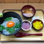 岬 丘の上食堂 - 生しらす丼 玉子入 1400円(税込)