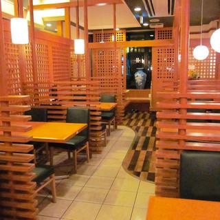 【全80席】テーブル席が充実した広々店内