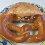 焼きたてパン工房 ゾンネン ブルーメ - 料理写真:ラウゲンブレッツェル145円。  ドイツではビールやワインのおつまみとして定番のパン、この店の人気NO1の商品です。