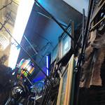 成田屋 - 所狭しと色んな物が飾られている