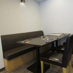 垂水ビストロ シャコルザ - 内観:テーブル席