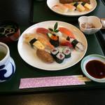 旭寿司 - 料理写真:握り寿司は舟形に、シャリの下側には シッカリ窪みがつけられて居ました。(^^)