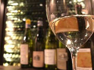 ビストロガストロス - カウンター席でワインバーとしてもぜひ。