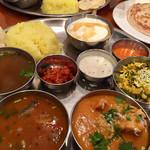 スパイスマジック カルカッタ - 南インドの定食   珍しいメニュー多し!スパイスが複雑!美味い!色々混ぜながら食べるのがグー✊