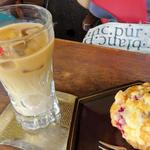 カフェ 亀ゴージュ - アイスオーレと3種のベリーのマフィン