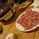 焼肉・塩ホルモン 三ちゃん - 変な角度で牛タン&七輪