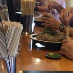 喜多山 - カウンターではおじいちゃん2人がもりを手繰ってました。