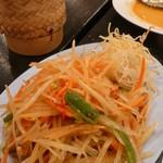 三条パクチー - ソムタム(辛いパパイヤのサラダ)