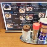 つけ麺屋 五三郎 - 卓上のメニューと調味料