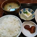 とも - 白飯+味噌汁+豆腐+漬物:焼肉風からあげ定食