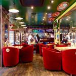 イスタンブールカフェ - 店内風景。椅子がテーブルに押し込まれているので、客はそれを自分で引き出さなければいけない。後客も戸惑いがちだった。