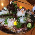 夢紡ぎの宿 月の渚 - 料理写真:お造りです。海藻迄も新鮮です。メイタガレイが美味しかった。鯛とスズキが無い所が良いです。 何処でも食べれますから…。