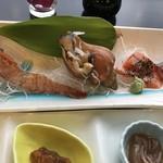 ホテル雲丹御殿 - 間八、サーモンの黒胡椒掛け、つぶ貝、牡丹海老
