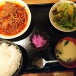 居酒屋 暁 - 牛スジ煮込み定食580円。真っ赤だが辛くない