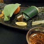 草太郎庵 - 宿の夕食、前菜8種。手前のグラスは食前酒のプラム酒。
