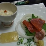 草太郎庵 - 宿の夕食、馬刺し。左側は湯葉と柚子蒟蒻。馬刺しは食べかけで、量はもっとたくさんあります。