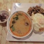 ゲウチャイ - Aランチ、カパオ飯とトムヤムクンとぜんざい980円
