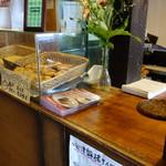 太郎焼総本舗 - レジにあるまち歩きスイーツ&カフェの案内を頂戴してすぐに注文出来ます