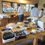 レッフェル - またランチにはビュッフェスタイルのサラダバーやご飯が付いてきます。