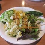 レッフェル - サラダバーからは野菜を中心にコーンをトッピングしてサラダを作ってみました。