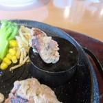 レッフェル - ハンバーグはややレアの状態で提供されるので好みで石焼にしていただきます。