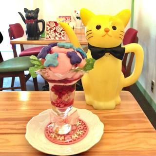 カフェティント - 6月限定の ミックスベリーとミントの紫陽花マカロンパフェ 950円(税込)