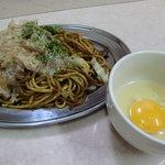 高級やきそば専門店 麺や 上方焼きそば - 【卵かけソース焼きそば】大阪の地ソースと独自のスパイスをブレンドした香り豊かな濃厚どろソースで仕上げた焼そばに、とき玉子をつけてまろやかに。具には豚肉とジャガイモを使って食べ応えも満点。