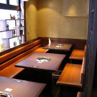 焼肉居酒家 韓の台所 - 韓国の調度品が飾られた店内