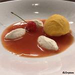 リナシメント - オレンジのスープの中にマンゴーのジェラートにリコッタチーズのスプーマとサクランボ