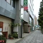 手打ちそばふじ - 新川橋交差点方面を向く