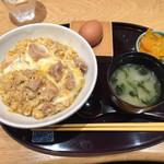赤坂うまや うちのたまご直売所 - 親子丼750円+アオサ汁100円