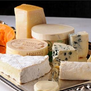 店内で熟成させた10種以上のチーズ